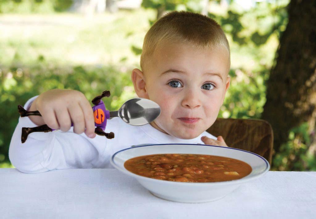 Как научить ребенка есть ложкой самостоятельно, в любом возрасте.