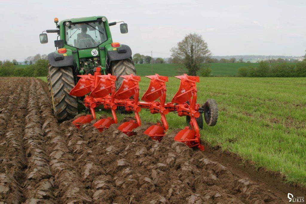 Когда и как нужно правильно пахать землю в огороде