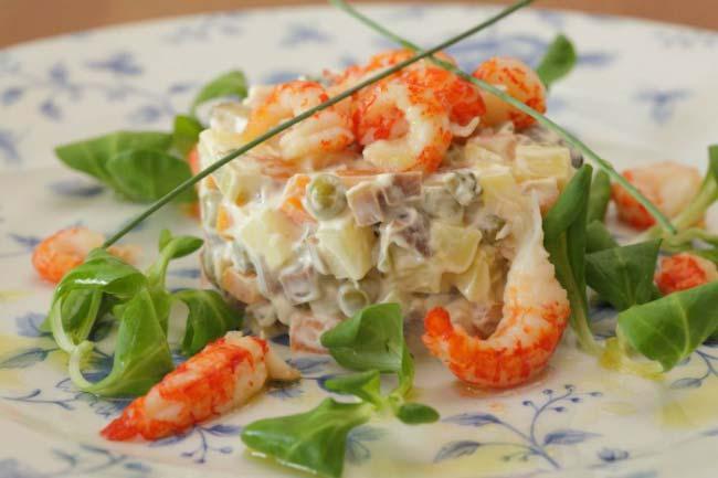 салат Оливье к новому году, классический рецепт с колбасой и солеными огурцами