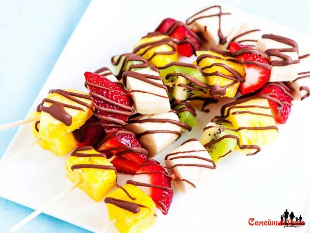 Фруктовое канапе с шоколадной глазурью