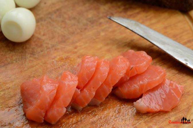 Рыбу нарезаем маленькими ломтиками по размеру канапе