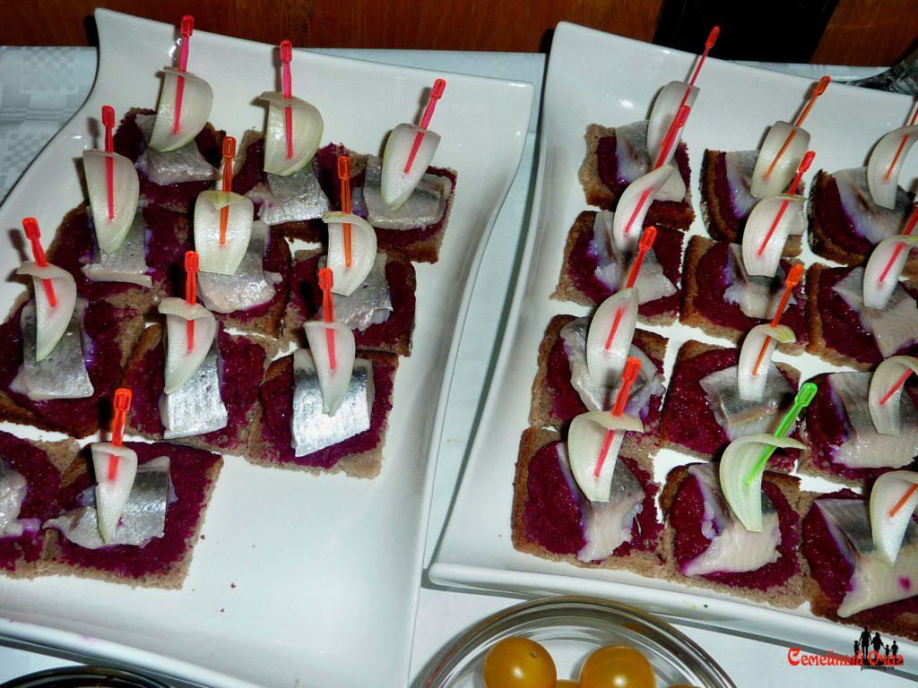 канапе из сельди и свеклы с парусами