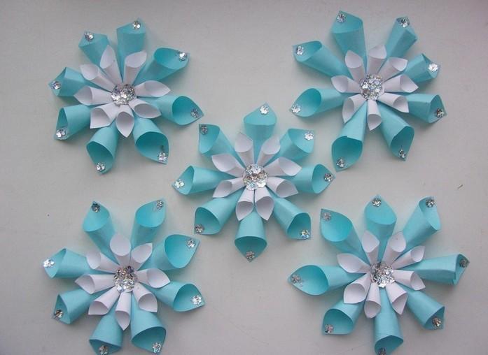 Снежинка из цветных конусов