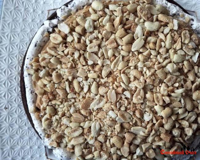 На корж кладем крем и арахис