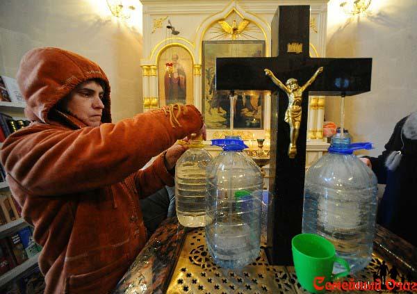 Крещенская вода в церкви