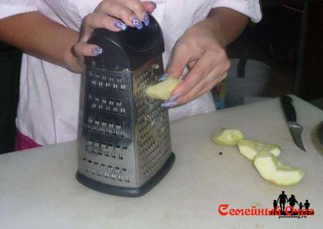 Натираем яблоко на терке
