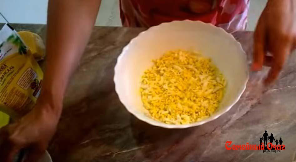 Первым слоем яйца с майонезом
