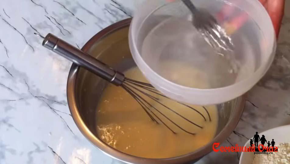 Добавляем кипяток с содой