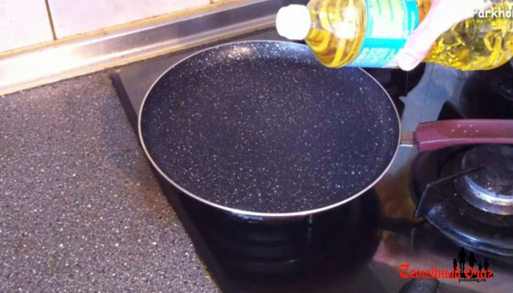 Чуть смажем сковороду