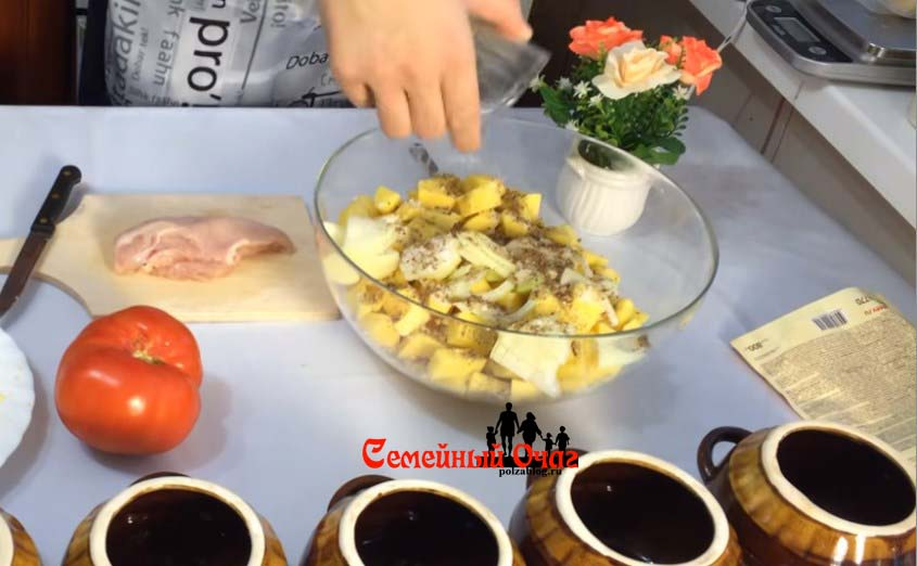 В картофель добавляем лук и специи