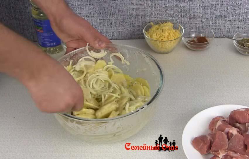 Добавляем остальные ингредиенты в картофель и перемешиваем