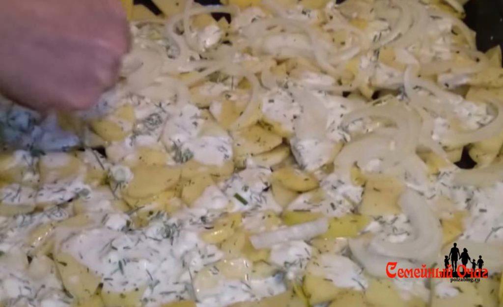 Выкладываем половину соуса и лука