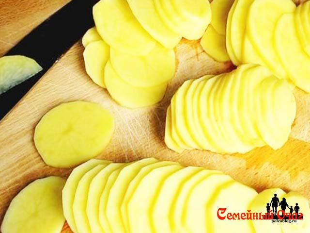 Картофель кружочками нарезаем