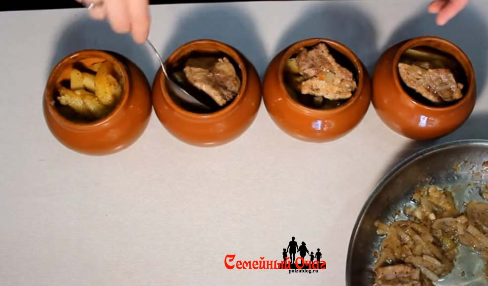 Выкладываем картофель и мясо в горшочки