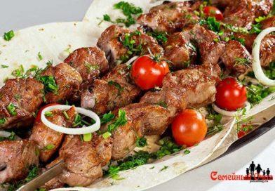 Шашлыки из свинины: лучшие рецепты с сочным и нежным мясом.