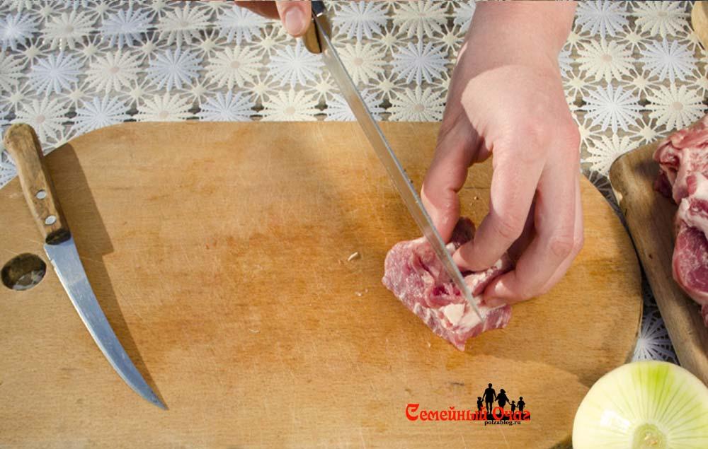 Нарезаем мясо кубиками