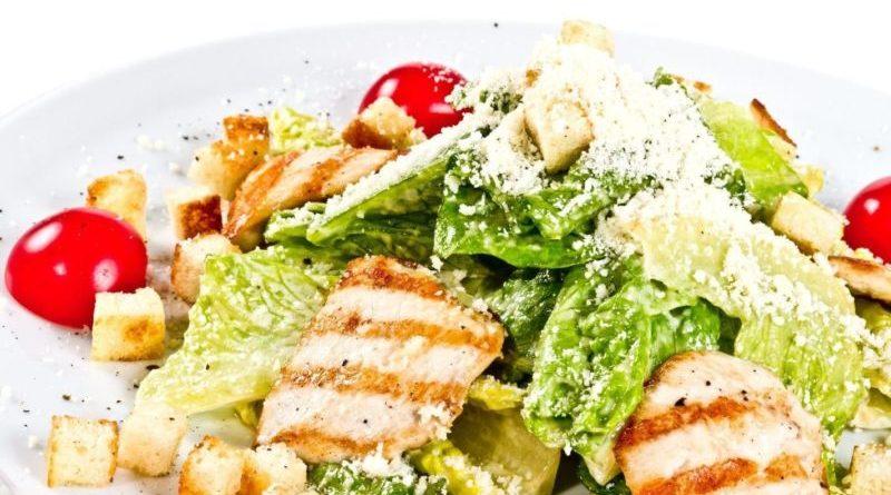 Салат Цезарь с курицей в домашних условиях, несколько простых рецептов.