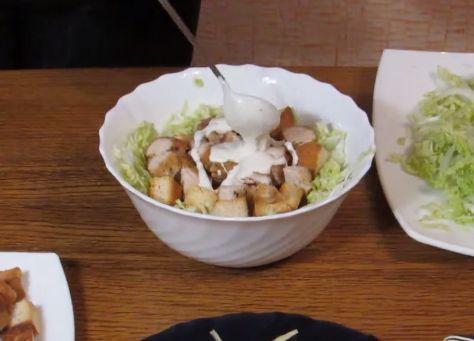 В глубокой миске собираем салат