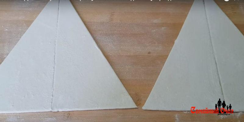 вырезаем треугольники из теста