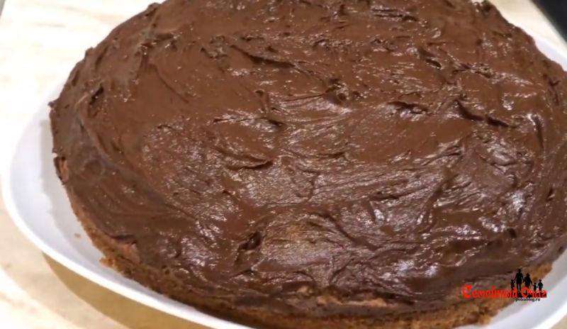 обмазываем пирог глазурью