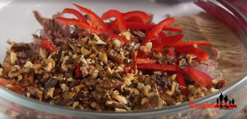 рубленный орех добавляем в салат
