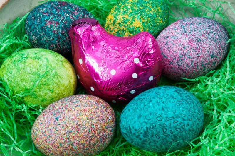 Как и чем красить яйца на пасху своими руками — несколько проверенных способов.