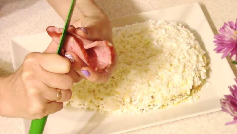 делаем ушки из колбасы