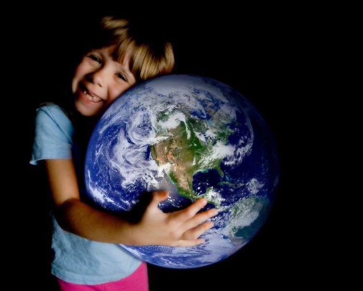 мальчик обнимает мир