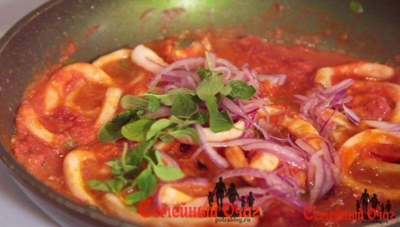 салат с кальмарами обжариваем
